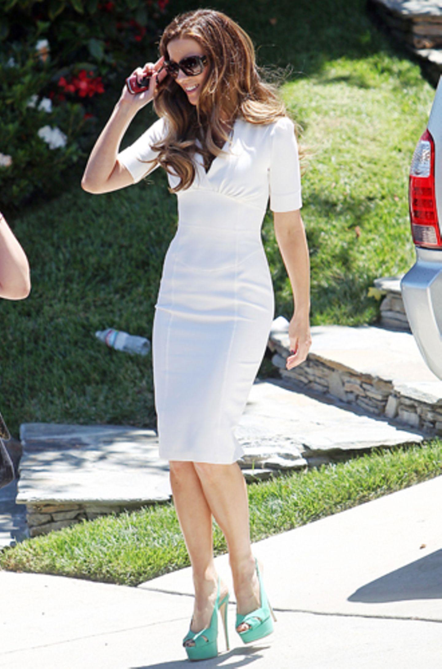 Passend zum sonnigen Wetter in Los Angeles trägt Kate Beckinsale ein enges weißes Kleid mit Plateau-High-Heels.