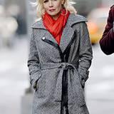 Die dezenten Lederdetails machen den Mantel von Jennie Garth besonders schön.