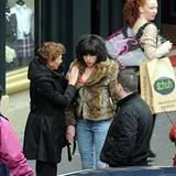22. Oktober 2012: Scarlett Johansson läuft mit dunkelbrauner Perücke durch Glasgow und wird dabei gefilmt. Die Passanten wissen