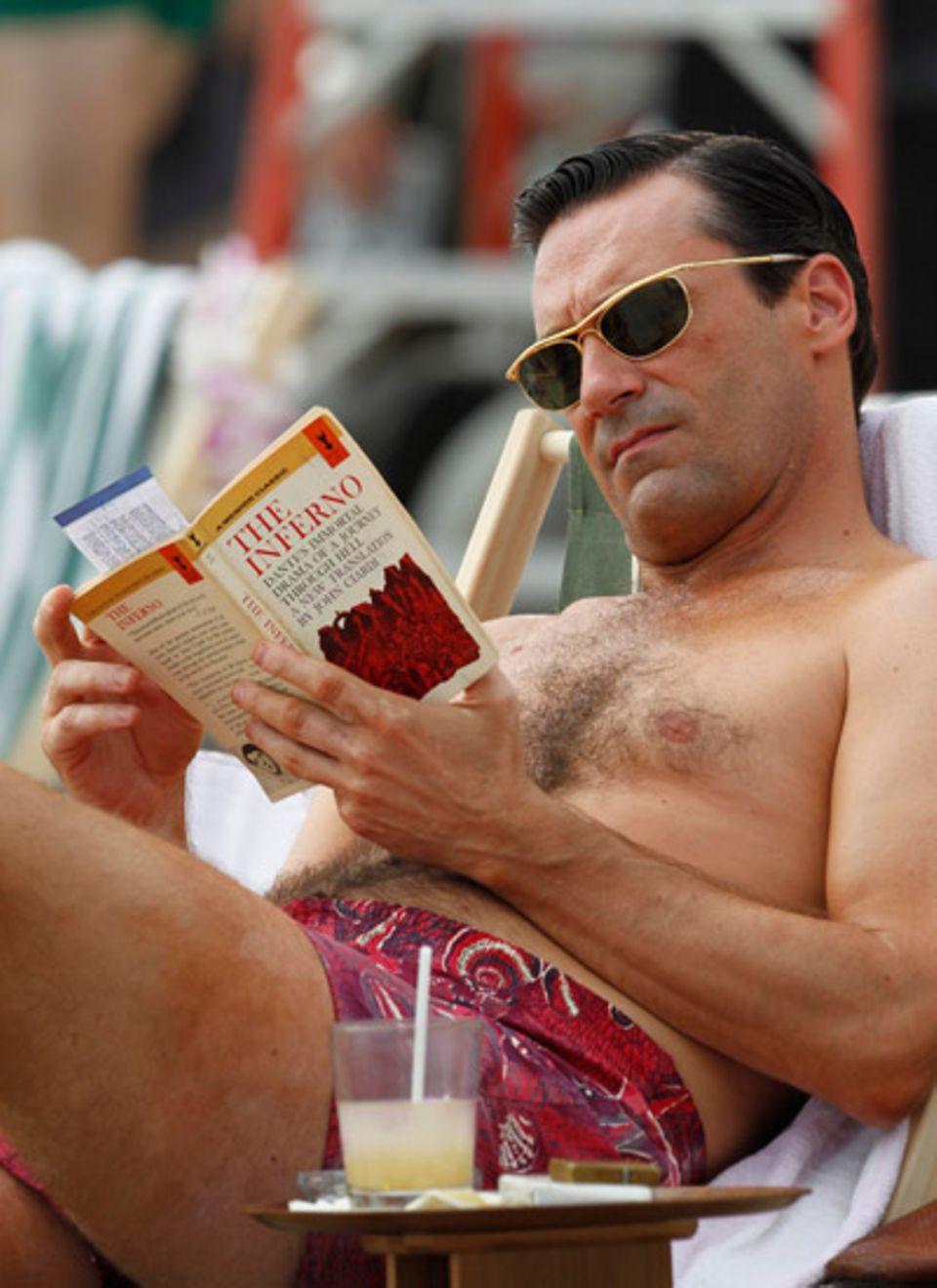 """24. Oktober 2012: Jon Hamm alias """"Don Draper"""" dreht für """"Mad Men"""" eine Szene am Strand von Hawaii."""