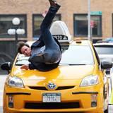 """3. August 2012: James McAvoy schmeißt sich für die Dreharbeiten zum Film """"Eleanor Rigby"""" mutig auf die Motorhaube eines New York"""