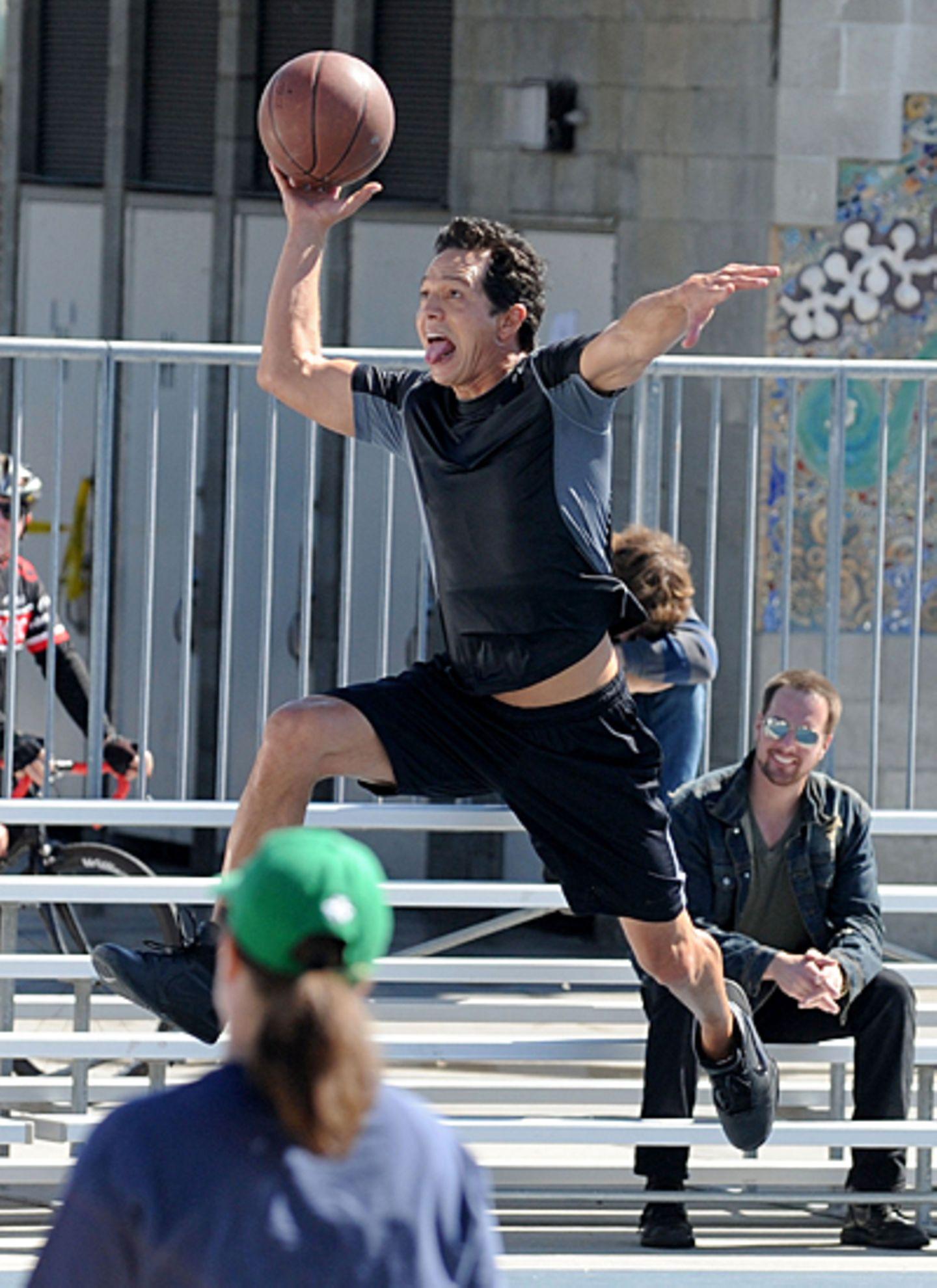 """10. Oktober 2012: Sportlich wird's für Benjamin Bratt beim Dreh von """"Private Practice"""" in Venice."""