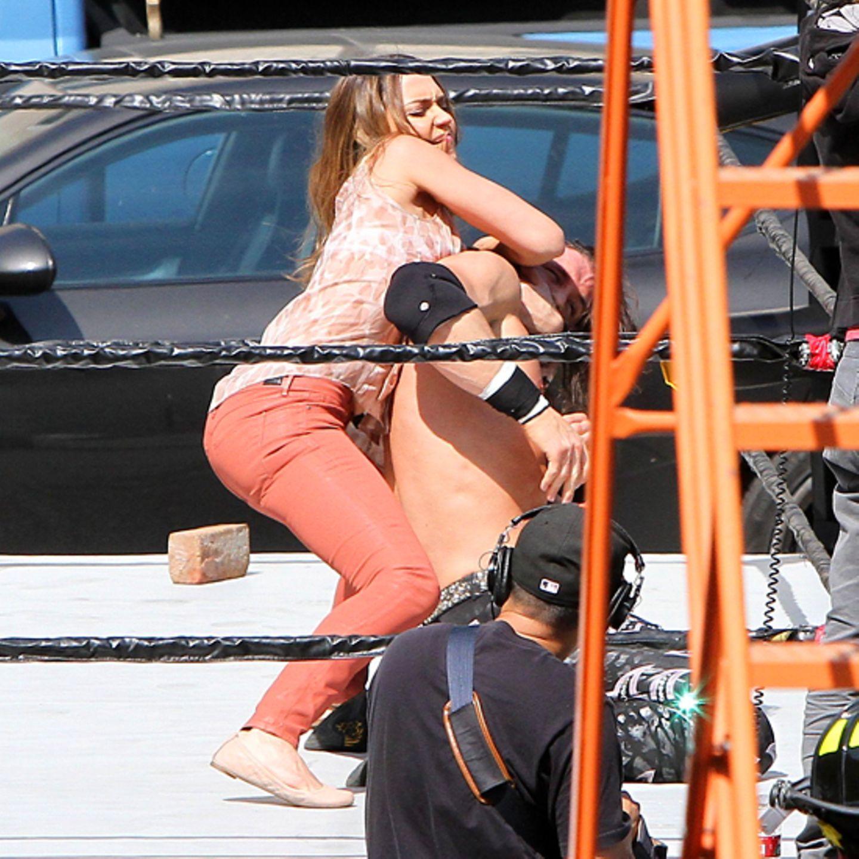 9. April 2012: Jessica Alba kämpft mit einem Wrestler bei Dreharbeiten in Los Angeles.