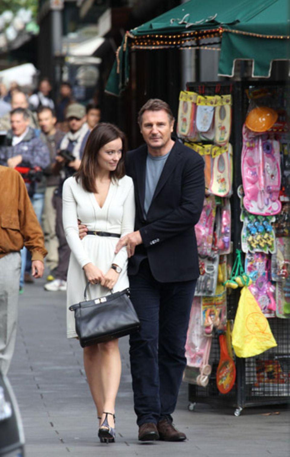 """17. Oktober 2012: Olivia Wilde und Liam Neeson schlendern für den Film """"The Third Person"""" Arm in Arm durch Rom."""