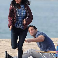 6. Dezember 2012: Während wir in Deutschland vor Kälte bibbern, drehen Courtney Cox und Josh Hopkins am Strand von Malibu eine F