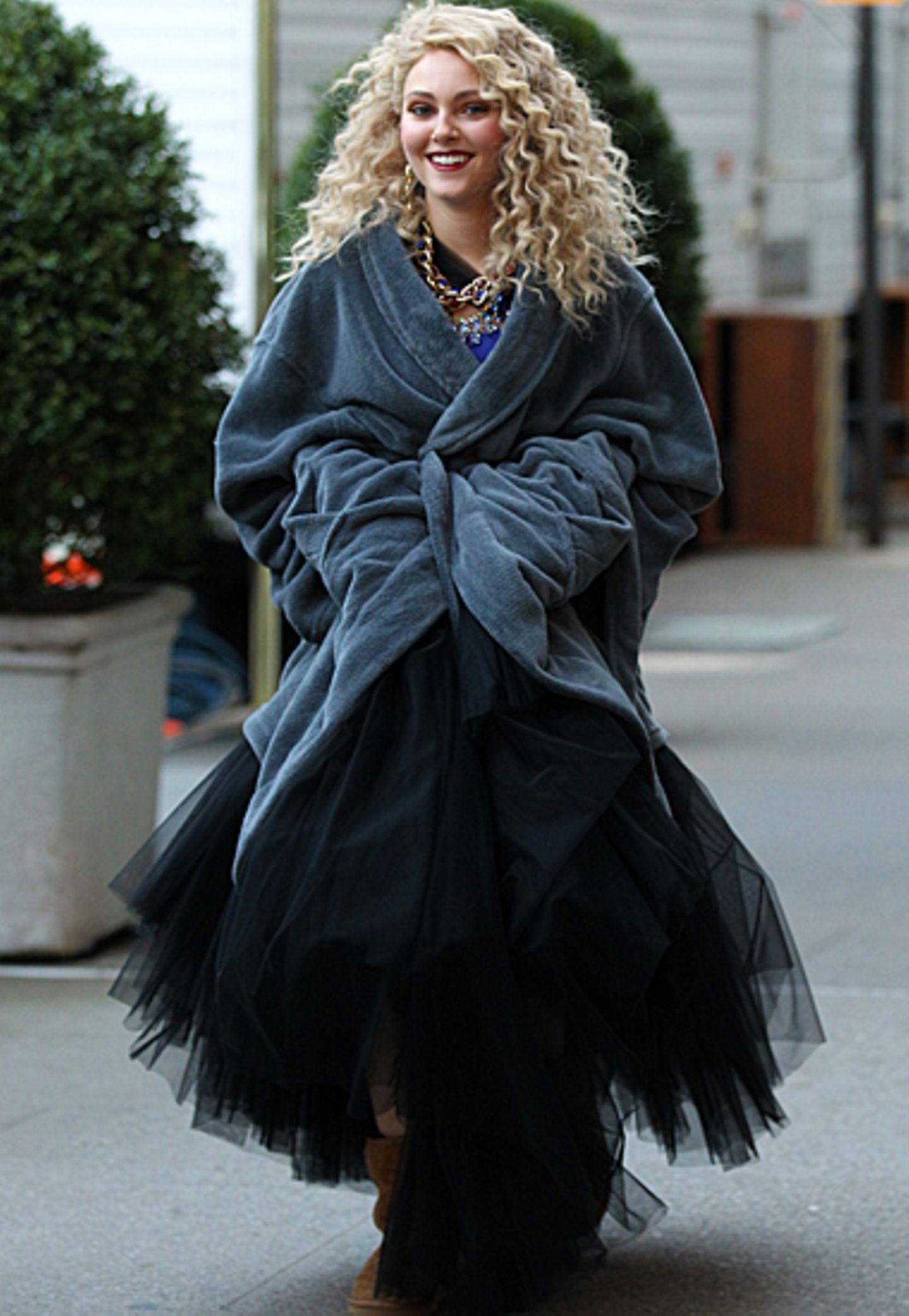 """29. November 2012: Abendkleid und Bademantel: So präsentiert sich Annasophia Robb in einer Drehpause der Serie """"The Carrie Diari"""