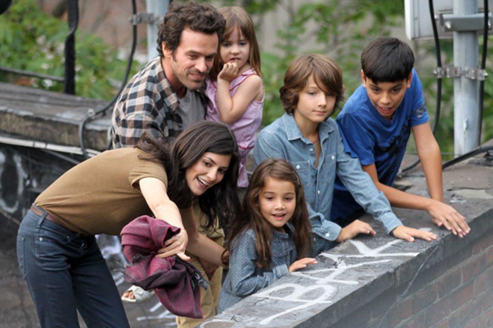 """20. September 2012: Audrey Tautou dreht mit Romain Duris und deren Filmfamilie """"Chinese Puzzle"""" im New Yorker Bezirk China Town."""