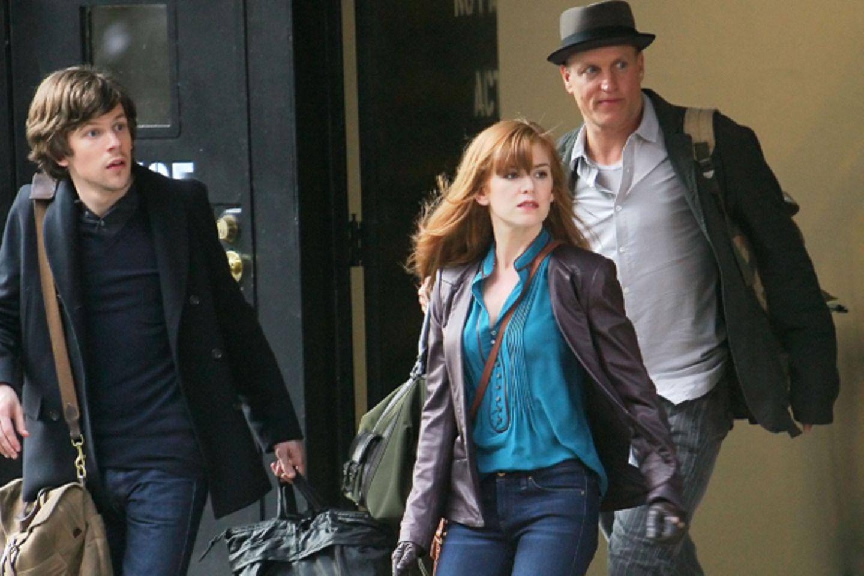 """22. März 2012: Jesse Eisenberg, Isla Fisher und Woody Harrelson stehen für """"Now You See Me"""" in New York vor der Kamera."""