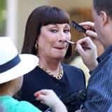 """29. August 2012: Bei den Dreharbeiten zur TV-Serie """"Smash"""" in New York wird Angelica Houston vor dem nächsten Take noch mal schi"""