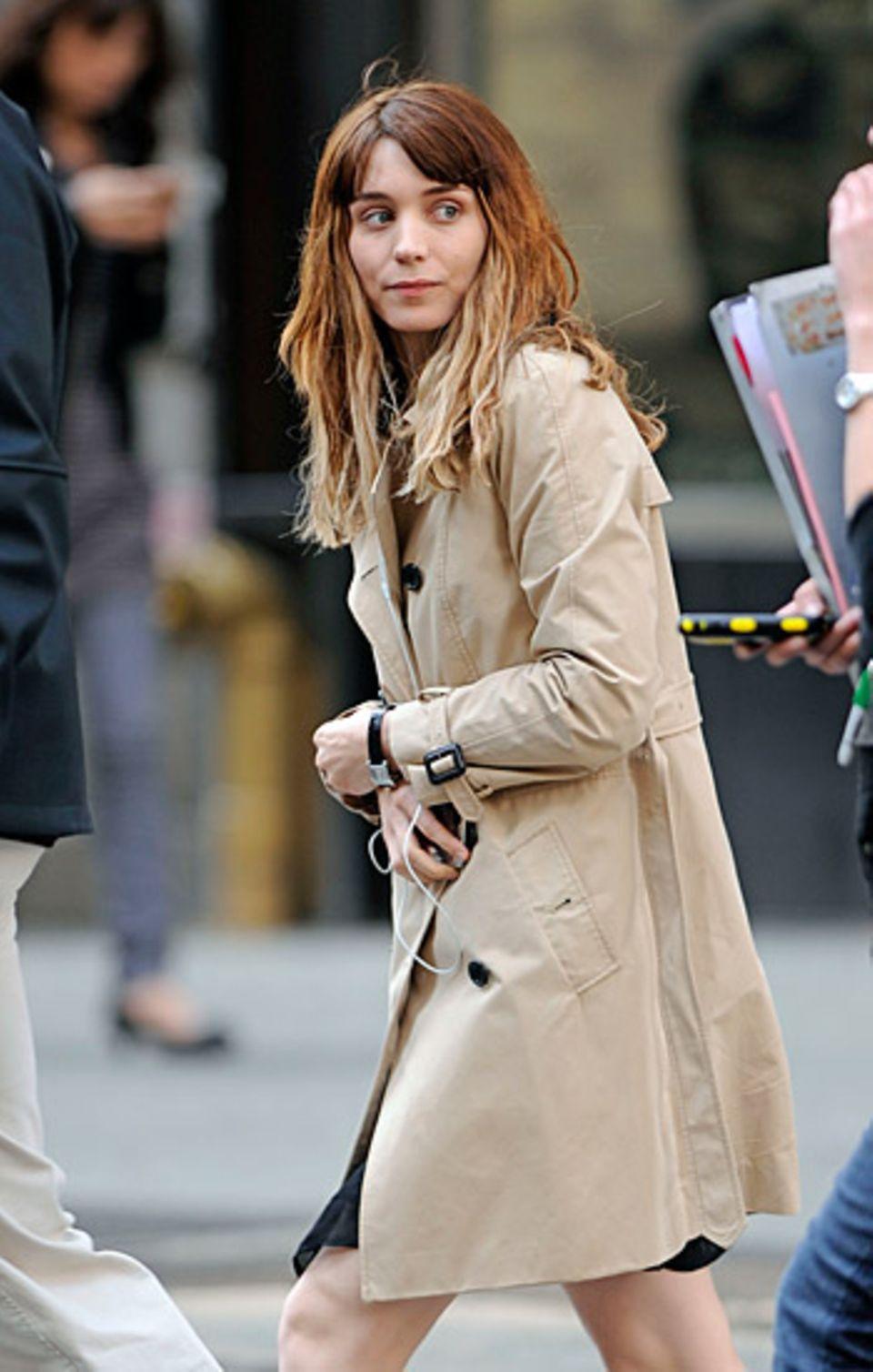 """10. April 2012: Rooney Mara steht in Manhattan für """"The Bitter Pill"""" vor der Kamera."""