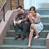 """29. Juni 2012: Keira Knightley und """"Maroon 5""""-Sänger Adam Levine stehen beziehungsweise sitzen gemeinsam für den Film """"Can A Son"""