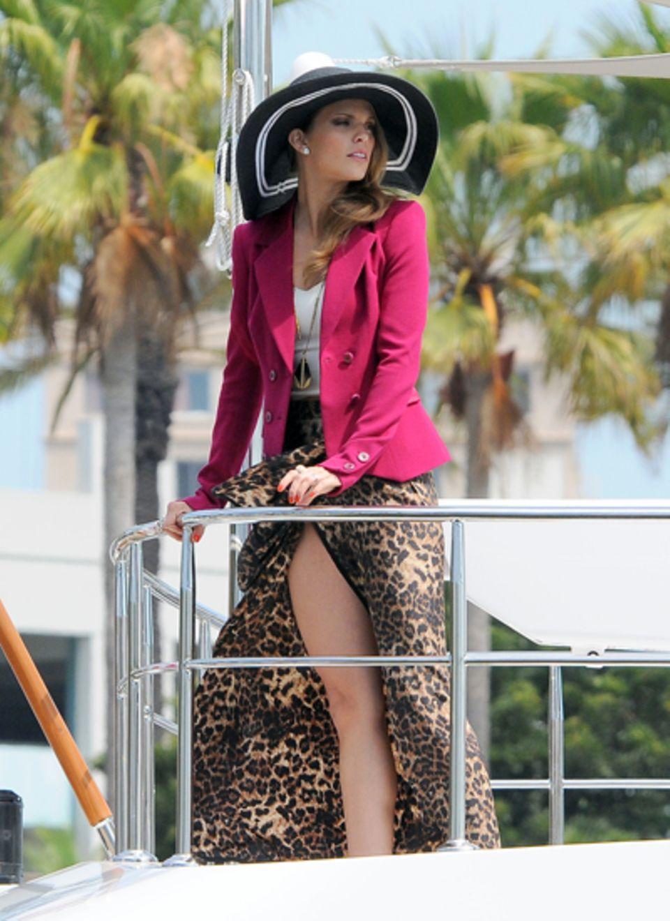"""7. August 2012: AnnaLynne McCord räkelt sich für den Dreh von """"90210"""" in Long Beach auf einer Yacht."""