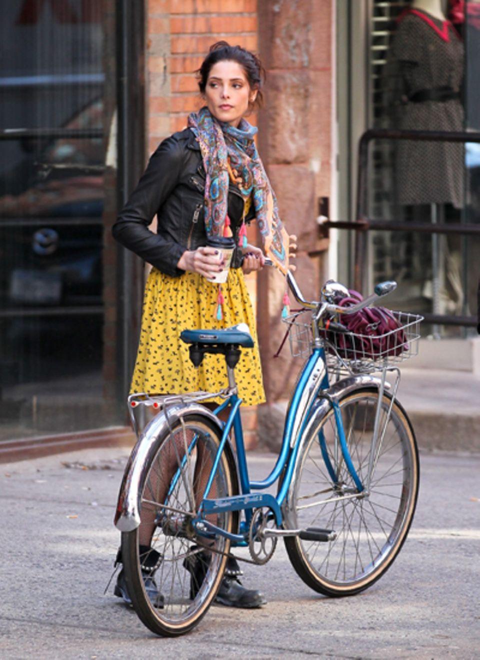"""14. März 2012: Ashley Greene steht für """"Americana"""" in New York City vor der Kamera."""