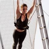 """8. August 2012: Jessica Stroup hängt für die Dreharbeiten zur Serie """"90210"""" am Trapez."""