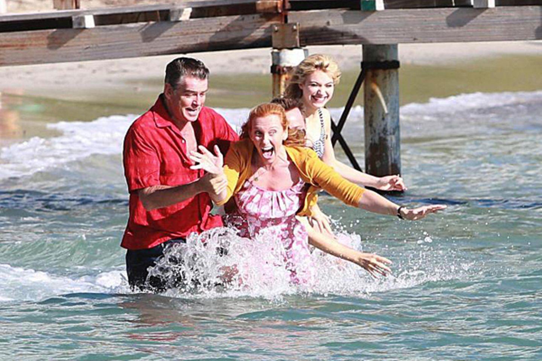 """22. Oktober 2012: Kleine Erfrischung: Pierce Brosnan und Tony Collette drehen auf Mallorca """"A Long Way Down""""."""