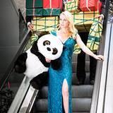 1. Dezember 2012: Die australische Schauspielerin Naomi Watts steht in einem Kaufhauf in Barcelona für einen weihnachtlichen Wer