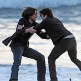 3. April 2012: Christian Bale und Wes Bentley rangeln vor der Kamera am Strand von Santa Monica.