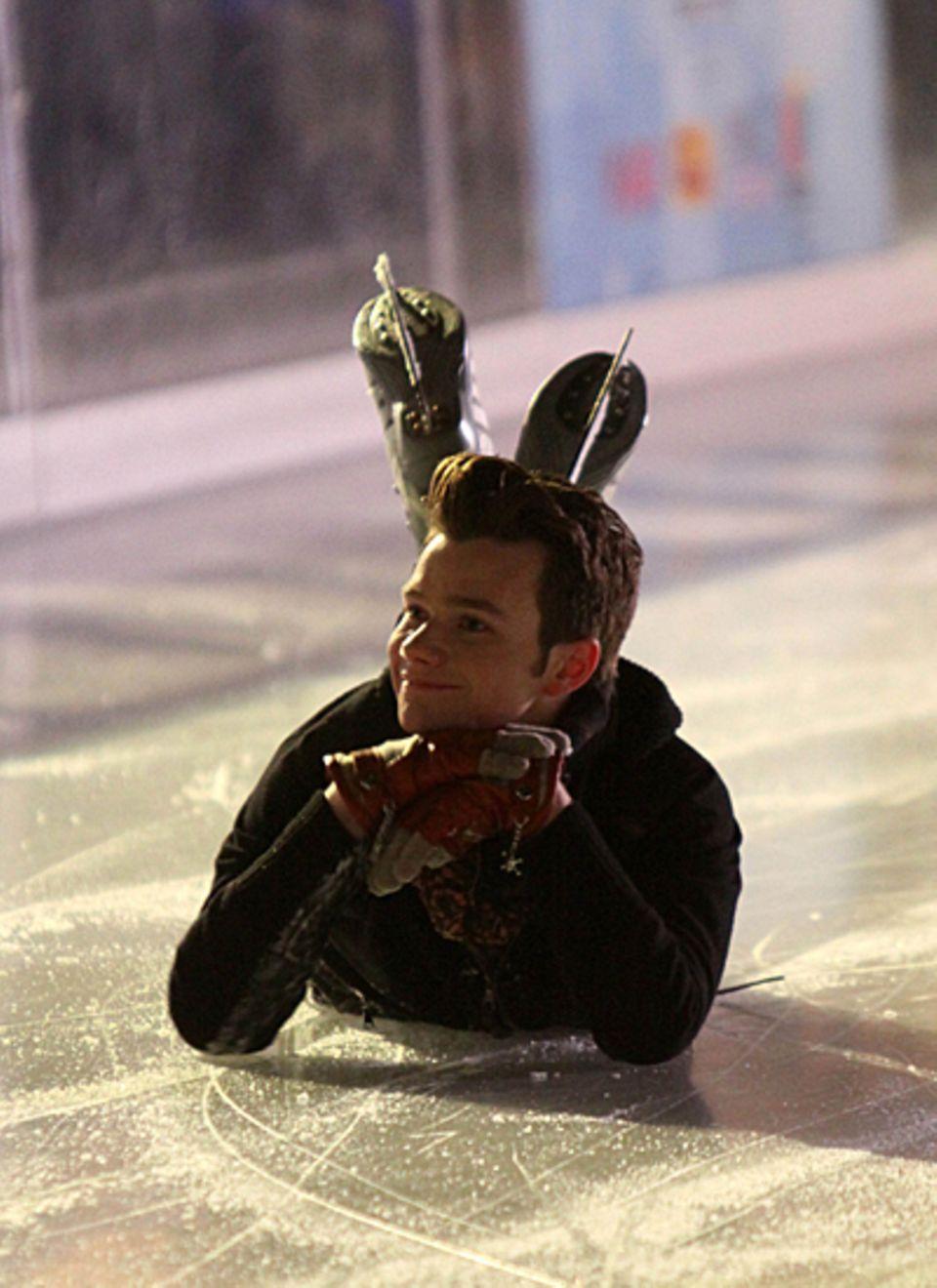 """19. November 2012: Chris Colfer hat bei den Dreharbeiten zur Serie """"Glee"""" offenbar richtig viel Spaß auf einer Eisbahn in New Yo"""