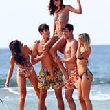22. August 2012: Model Miranda Kerr wird beim Modeshooting am Strand von Mona Vale in Sydney auf die Schultern genommen.