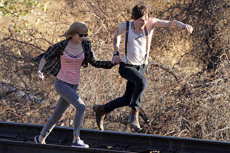 """19. November 2012: Für ihr neues Musikvideo zum Lied """"I Know You Were Trouble"""" springt Taylor Swift auch schon mal über Bahnglei"""