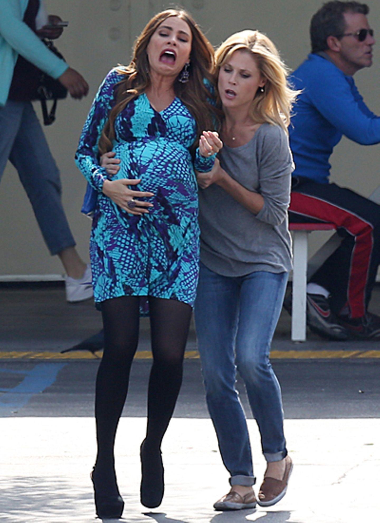 9. Oktober 2012: Auf einem Supermarkt-Parkplatz bekommt Sofia Vergara Wehen - allerdings nur bei den Dreharbeiten zur Erfolgsser