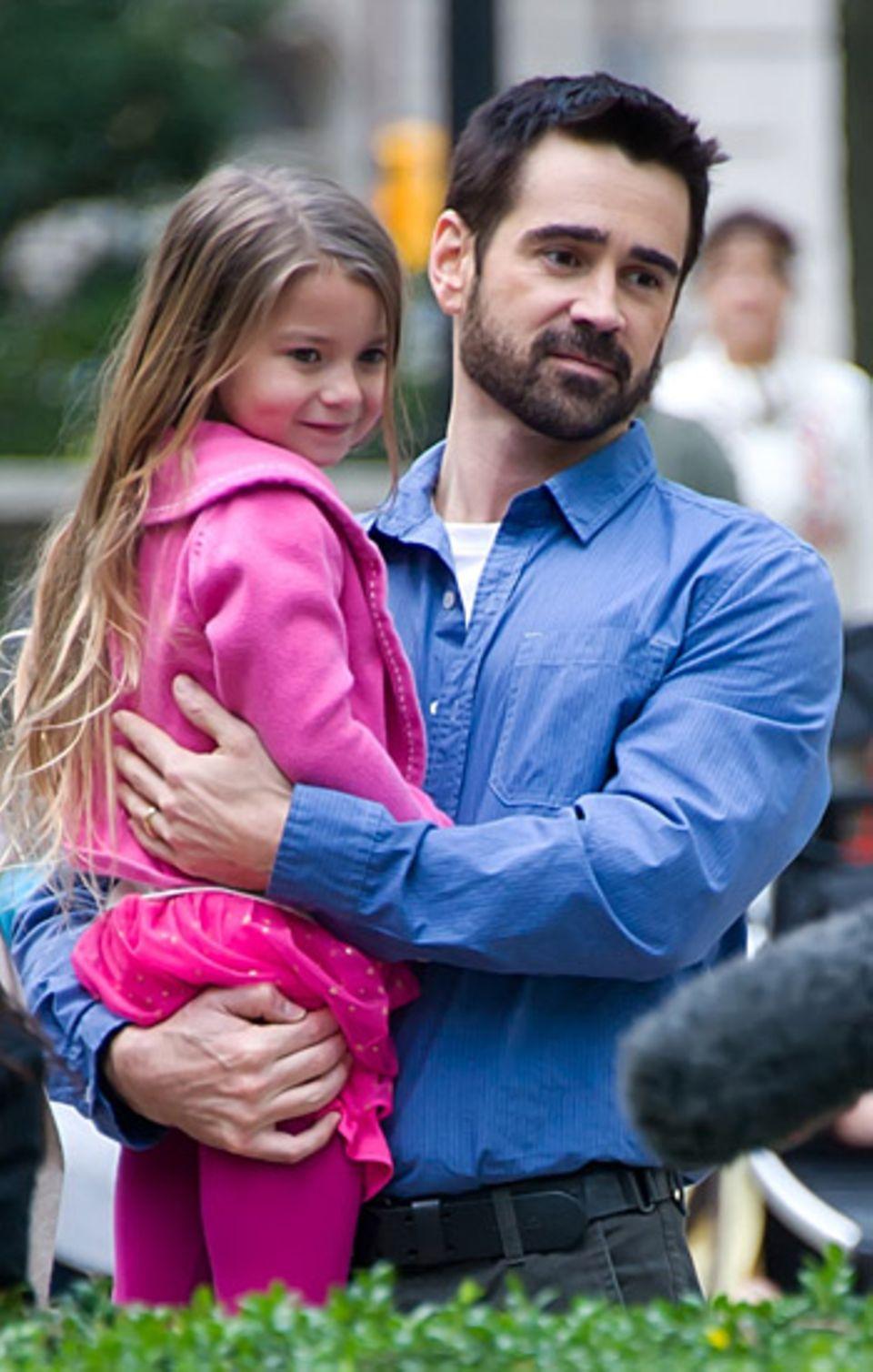 "10. April 2012: Colin Farrell dreht mit seiner Filmtochter für ""Dead Man Down"" im Rittenhouse Square Park in Philadelphia."