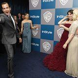Aufruhr auf dem blauen Teppich: Will Arnett weist die Fotografen an, Tina Fey und Arnetts Ehefrau Amy Poehler amüsieren sich. Un