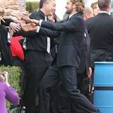 Gerard Butler hat bei seiner Ankunft viele Hände zu drücken.
