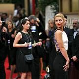 Claire Danes dreht den Fotografen den Rücken zu.