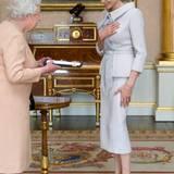 Im beige-grauen Kostüm von Ralph & Russo wird Angelina Jolie von Queen Elizabeth im Buckingham-Palast empfangen, wo sie einen Verdienstorden für ihr Engagement gegen sexuelle Gewalt verliehen bekommt.