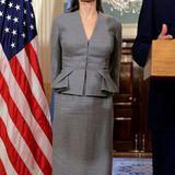 An der Seite von Außenminister John Kerry präsentiert sich Angelina Jolie top gesytlt in einem grauen Kostüm.