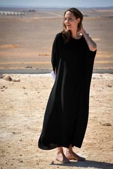 Während die ganze Welt über ihre Scheidung von Noch-Ehemann Brad Pitt spricht, widmet sich Angelina Jolie gewohnt der Charity-Arbeit. Aktuell befindet sich die engagierte Menschenrechtlerin in einem Flüchtlings-Camp in Jordanien. Sehen Sie auf den nächsten Bildern Angelinas modischen Spagat zwischen Charity-Lady und Hollywood-Beauty.