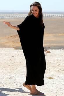 Bei ihrer Arbeit im Flüchtlingscamp in Jordanien möchte sich Angelina Jolie natürlich nicht mit einem auffälligen Style ins Gespräch bringen. Sie trägt ein schwarzes, weitgeschnittenes Kleid und verzichtet komplett auf Schminke.