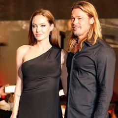 """In einem ebenso schlichten wie bezaubernden One-Shoulder-Kleid von Saint Laurent besucht Angelina Jolie die Japanpremiere von """"World War Z"""" an der Seite von Brad Pitt."""