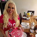 """""""Eine Tussi wird 30"""" steht auf der pinken - welche Farbe auch sonst - Geburtstagstorte von Daniela Katzenberger."""