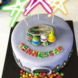 Reese Witherspoon präsentiert ihren Fan die wundervolle Geburtstagstorte für ihren Sohn Tennessee James Toth.