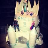 Amelia Stark, die Tochter von Kim Gloss feiert ihren dritten Geburtstag und ist ganz entzückt von dieser tollen Elsa-Torte.