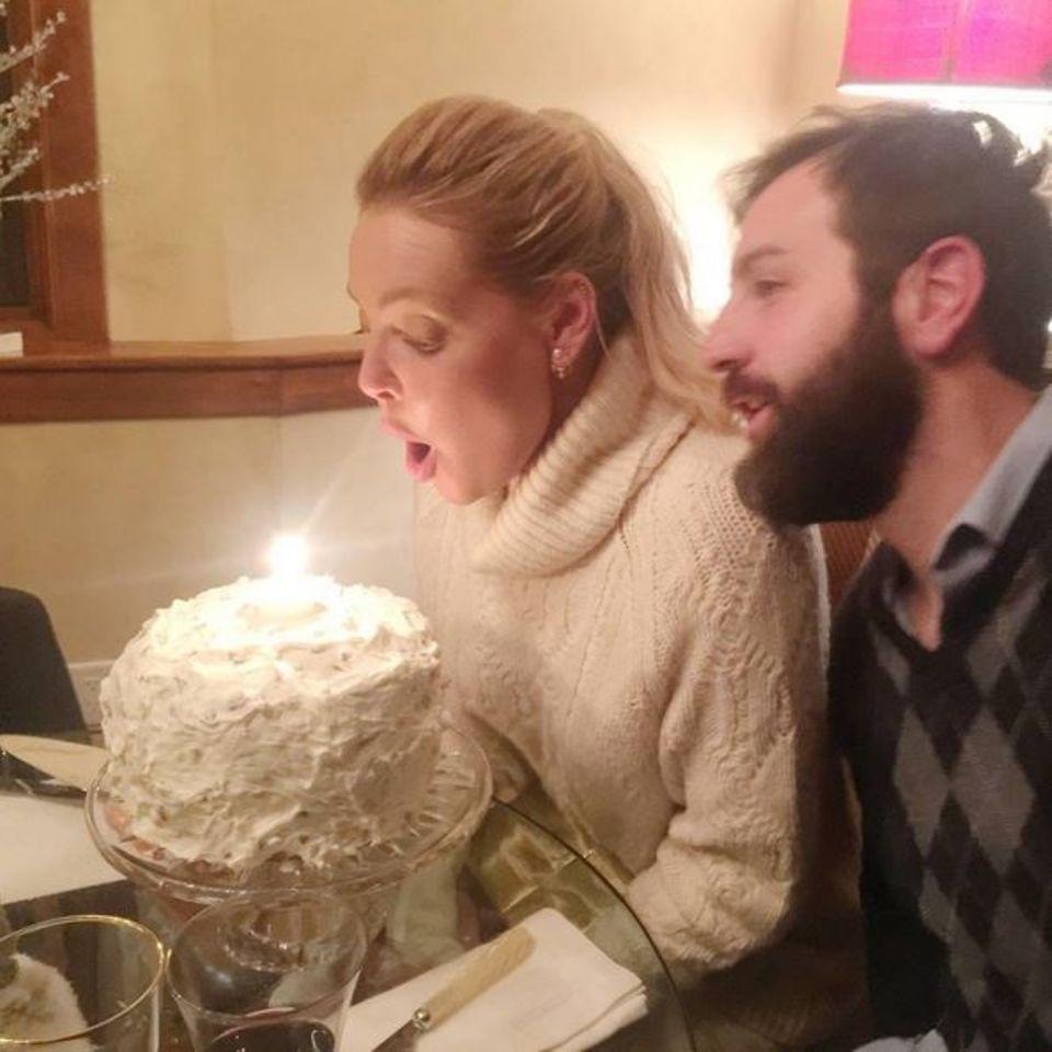 Katherine Heigl feiert ihren Geburtstag im Kreise ihrer Liebsten. Ihr Mann Josh Kelley hat einen Kuchen gebacken.