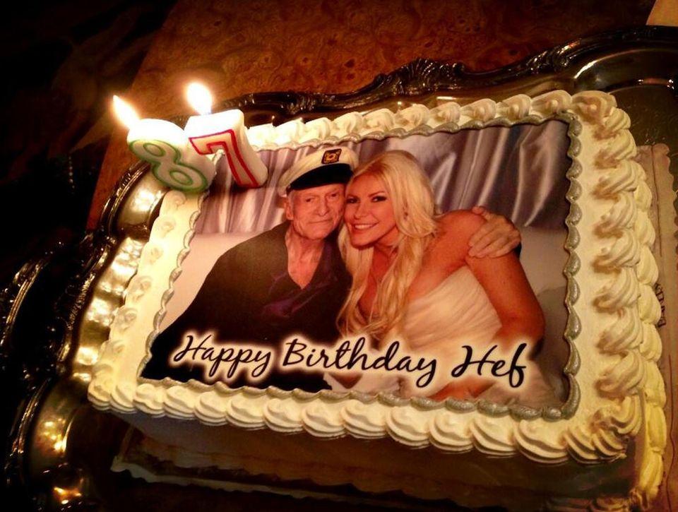 Zum 87. Geburtstag bekommt Hugh Hefner von seiner Angetrauten Crystal eine Torte mit einem Hochzeitsfoto der beiden.