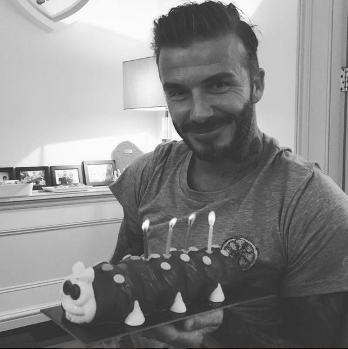 """Mit diesem Foto bedankt sich David Beckham für all die Geburtstagswünsche. Dies ist auch der Kuchen, den er von seinen Kindern zum Geburtstag überreicht bekommen hat, eine süße Raupe """"Nimmersatt""""."""