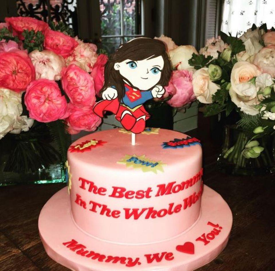Liv Tyler ist für ihre Kinder die beste Mama in der ganzen Welt und bekommt das mit dieser coolen Torte gezeigt.