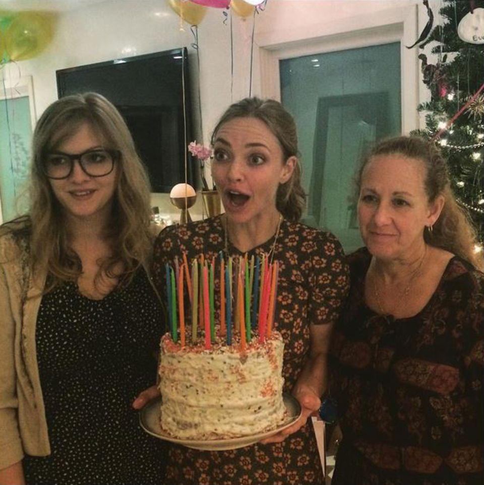 Amanda Seyfried freut sich riesig über die Geburtstagstorte, die sie zu ihrem 30. Geburtstag bekommen hat.
