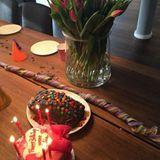 Sabia Boulahrouz ist ganz gerührt: Am Geburtstagsmorgen stehen gleich mehrere Kuchen für sie bereit.