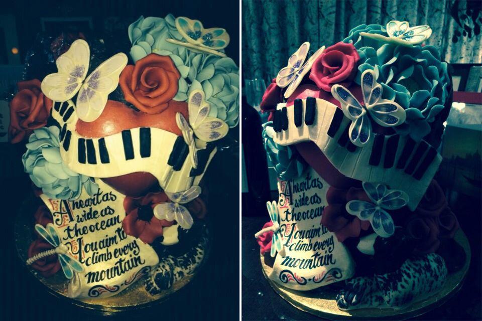 """Gary Barlows Geburtstagstorte von """"Choccywoccydoodah"""" sieht wirklich spektakulär aus und ist mit Klaviatur, Blüten und Schmetterlingen verziert."""