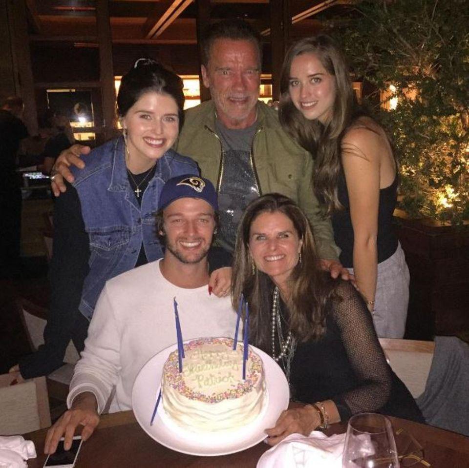 Patrick Schwarzenegger zeigt uns seine Torte: Zu seinem 23sten Geburtstag hat sich die ganze Familie zusammengerauft. Schön zu sehen, dass die Eltern Maria Shriver und Arnold Schwarzenegger ihre Differenzen beiseitelegen und für die gemeinsamen Kinder da sind.