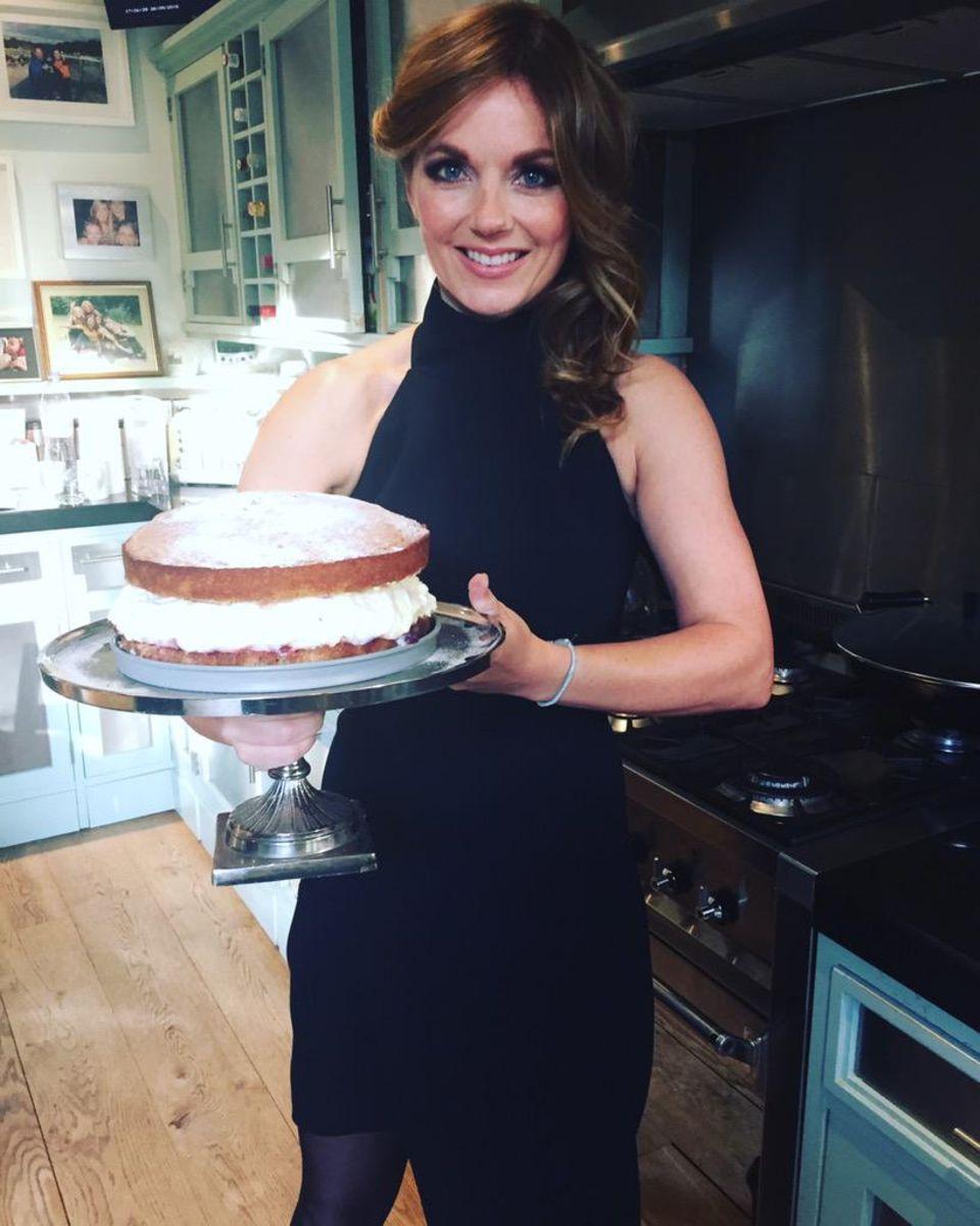 Geri Halliwell präsentiert stolz eine selbstgebackene Torte.
