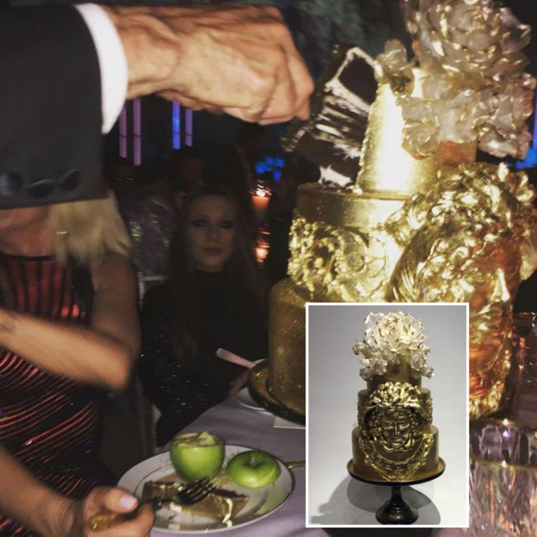 Donatella Versace feiert, wie es sich gehört, mit einer vergoldeten Torte ihren Geburtstag. Lady Gaga darf ein Stück von dem süßen Gold kosten.