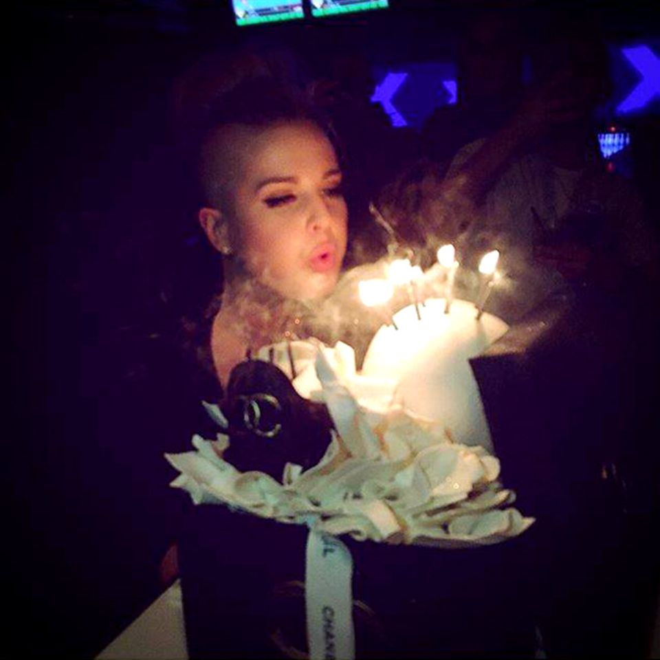 Kelly Osbourne wird zum Geburtstag von ihren Freunden mit einer Geburtstagsparty überrascht und eine fette Torte gibts noch oben drauf.