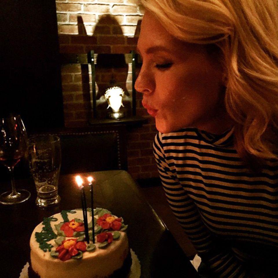 January Jones bekommt diese selbstgemachte Torte von ihren Freunden zum Geburtstag.