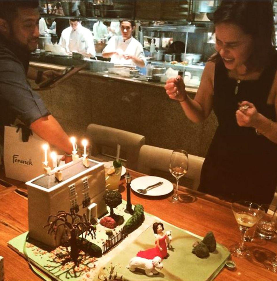 Schauspielerin Emilia Clarke feiert ihren Geburtstag mit Familie und Freunden und freut sich wie ein Kind über die kreativ dekorierte Torte.
